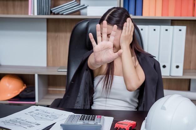 Les hommes d'affaires, les femmes qui travaillent dans le bureau avec le stress et la fatigue. Photo gratuit