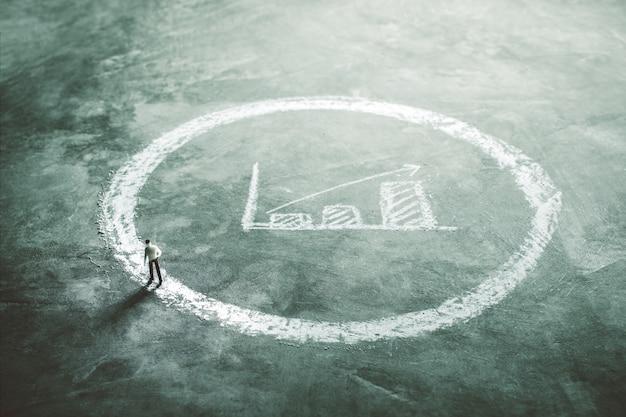 Hommes d'affaires de figure miniature se promener à l'extérieur du cercle de craie avec graphique de l'entreprise. Photo Premium