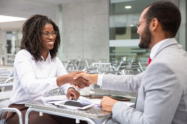 Des Hommes D'affaires Gais Parviennent à Un Accord Photo gratuit