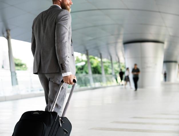 Hommes d'affaires habds organisent un voyage d'affaires en bagage Photo gratuit