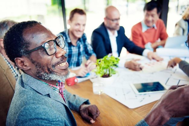 Hommes d'affaires heureux et occasionnels dans une conférence Photo Premium