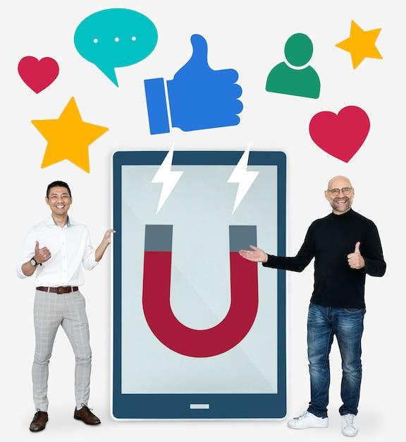 Hommes d'affaires avec des idées de marketing des médias sociaux Photo gratuit