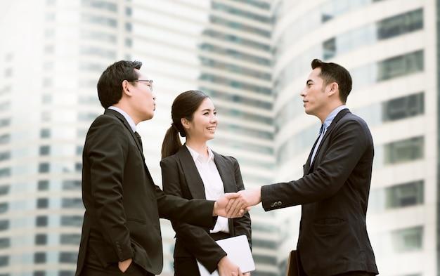 Hommes d'affaires en négociation Photo Premium