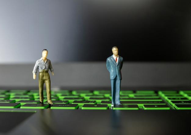 Hommes d'affaires petit homme sur les ordinateurs et la technologie de leadership Photo Premium