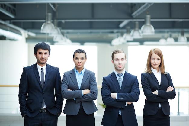 Les Hommes D'affaires Prospère Avec Les Bras Croisés Au Bureau Photo gratuit