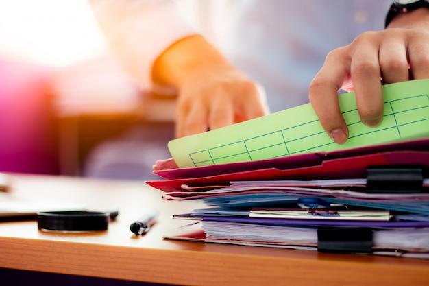 Les hommes d'affaires recherchent des documents qui se trouvent sur la table Photo Premium