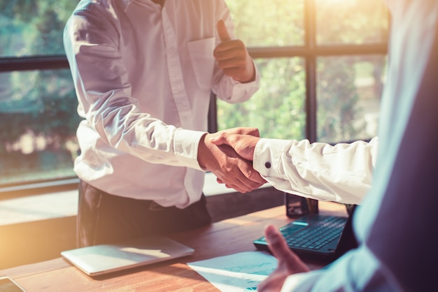 Hommes d'affaires se serrant la main au bureau. Photo Premium