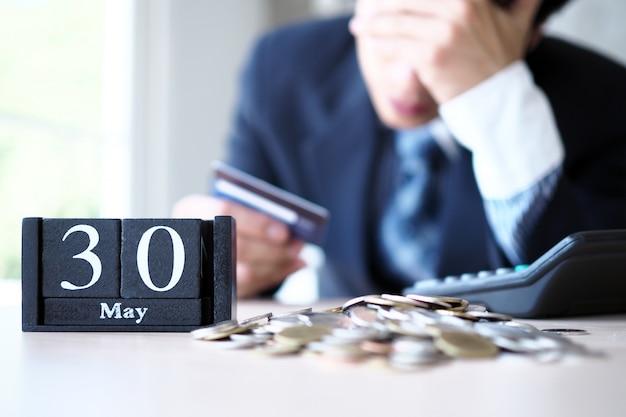 Les hommes d'affaires sont stressés à la fin du mois, ils doivent payer pour les cartes de crédit Photo Premium