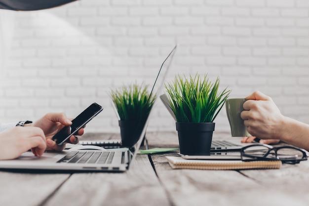 Les hommes d'affaires travaillant sur leurs ordinateurs. la vue d'en haut Photo Premium