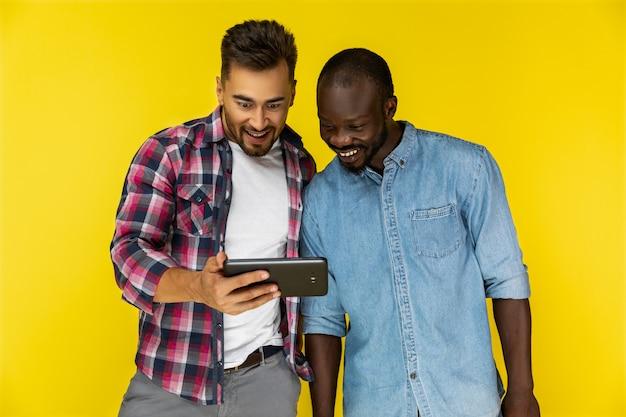 Les Hommes Appréciant De Regarder Une Vidéo Sur Une Tablette Photo gratuit