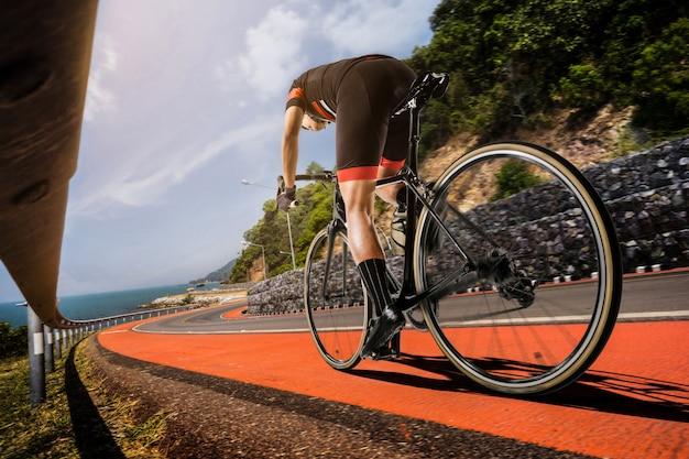 Les hommes asiatiques font du vélo de route le matin Photo Premium