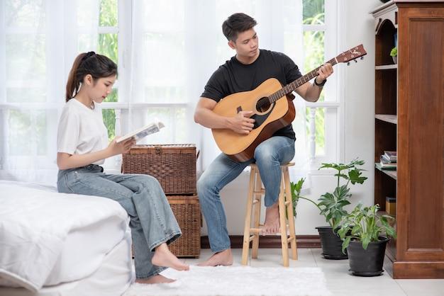 Hommes Assis Guitare Et Femmes Tenant Des Livres Et Chantant. Photo gratuit