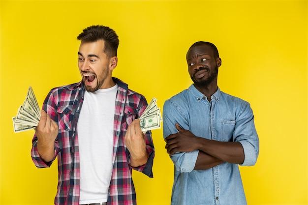Hommes Avec Billets D'un Dollar Photo gratuit