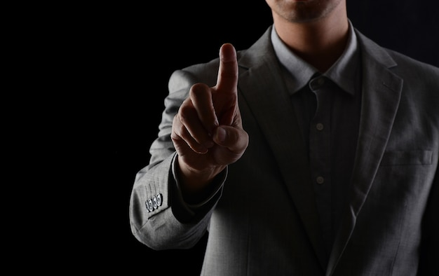 Les hommes en costume dans les studios, regardant en avant avec leurs doigts Photo Premium