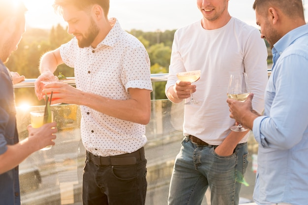 Hommes Discutant Lors D'une Fête Photo gratuit