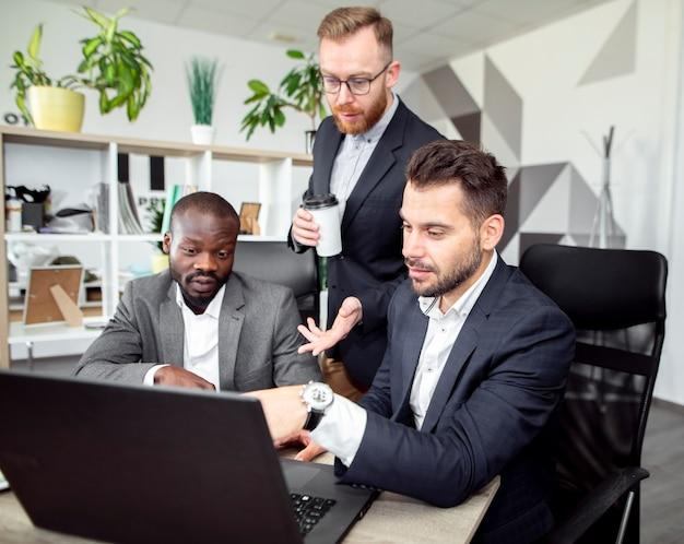 Hommes exécutifs travaillant ensemble Photo gratuit