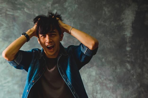 Les hommes expriment sérieusement leurs expressions faciales. Photo Premium