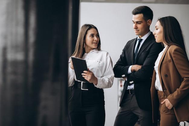 Hommes Et Femmes D'affaires Travaillant Sur Tablette Au Bureau Photo gratuit