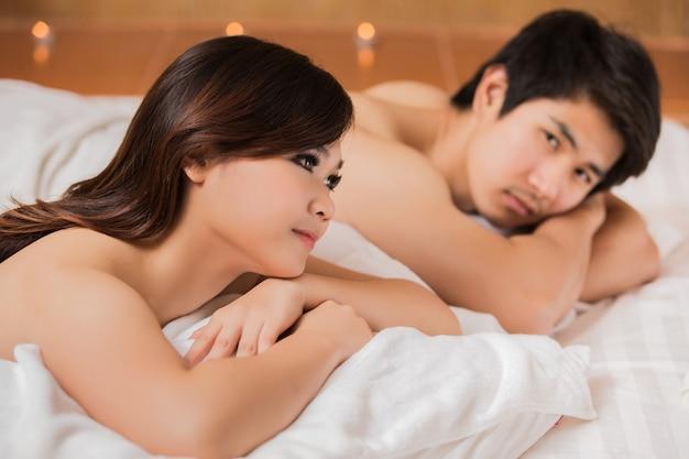 Hommes et femmes asiatiques avec massage et spa Photo Premium