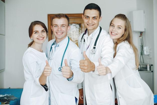 Des Hommes Et Des Femmes En Blouse D'hôpital Tiennent Du Matériel Médical Entre Leurs Mains Photo gratuit