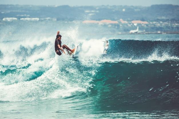 Les hommes et les filles surfent Photo gratuit
