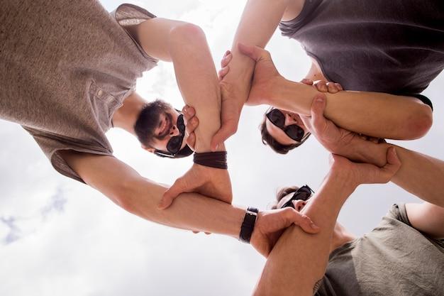 Hommes gais joignant les mains Photo gratuit
