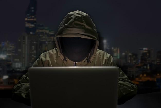 Hommes hacker breaks système de données de votre entreprise Photo Premium