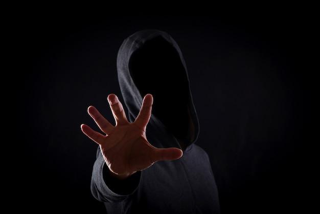 Hommes en hoodies sur fond noir Photo Premium