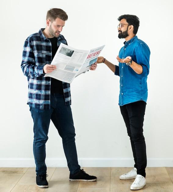 Hommes lisant journal isolé sur fond blanc Photo Premium