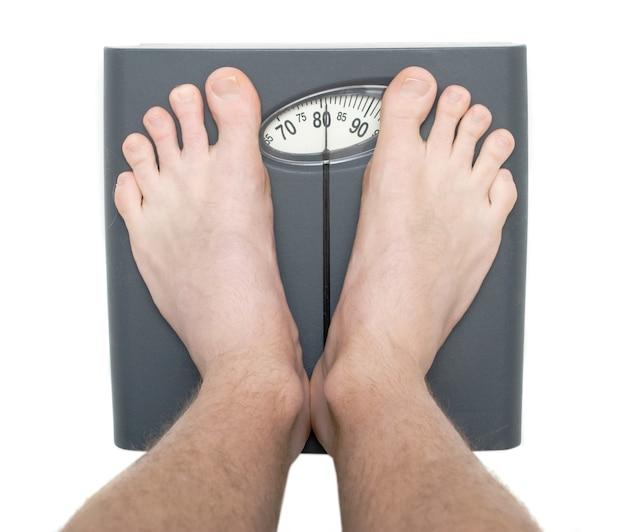 Hommes sur le pèse-personne Photo Premium