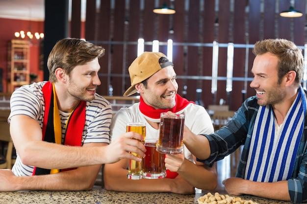 Hommes portant des bières Photo Premium