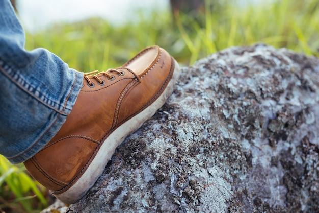 Des hommes qui ont marché sur les rochers et qui sont prêts à voyager. Photo gratuit