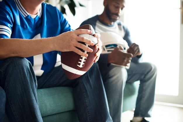 Hommes regardant un match de football américain Photo gratuit