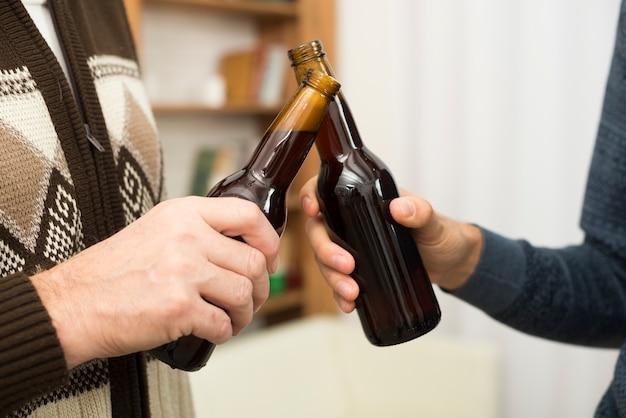 Hommes, sonner, bouteilles, alcool, salle Photo gratuit