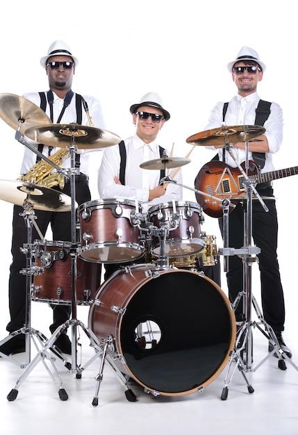 Les Hommes Sont Assis Devant Les Instruments. Photo Premium