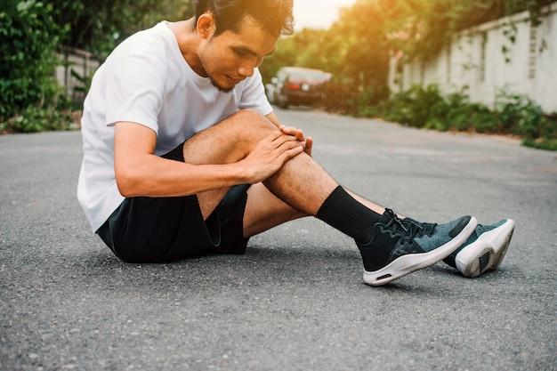 Hommes souffrant de douleurs au genou en faisant du jogging Photo Premium