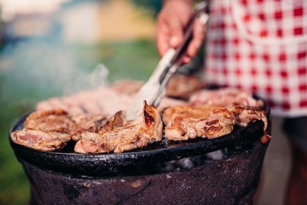 Hommes, Tablier, Barbecue, Viande Poulet Photo Premium