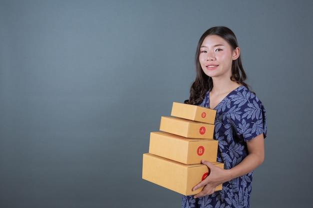 Hommes tenant des boîtes aux lettres marron Photo gratuit