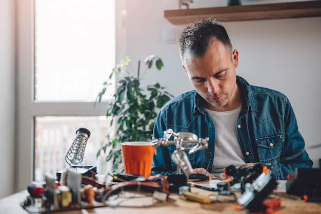 Hommes travaillant avec des composants électroniques Photo Premium