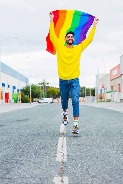 Homosexuel, courant, route, tenue, drapeau lgbt Photo gratuit
