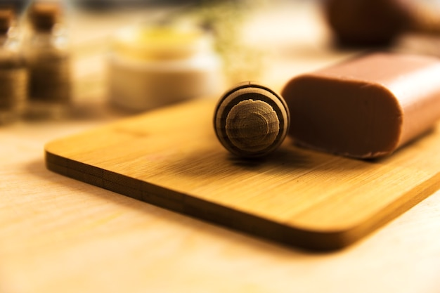 Honey dipper et savon aux herbes sur planche de bois Photo gratuit