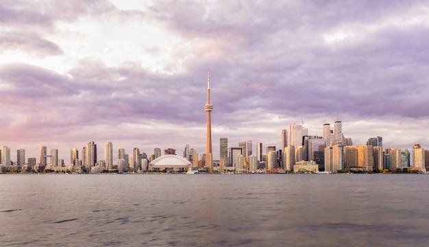 Horizon du centre-ville de toronto au coucher du soleil, ontario, canada Photo Premium