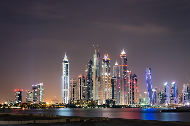 Horizon de la marina de dubaï par nuit Photo Premium