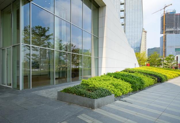 Horizon panoramique et bâtiments avec sol carré de béton vide à shenzhen, chine Photo Premium