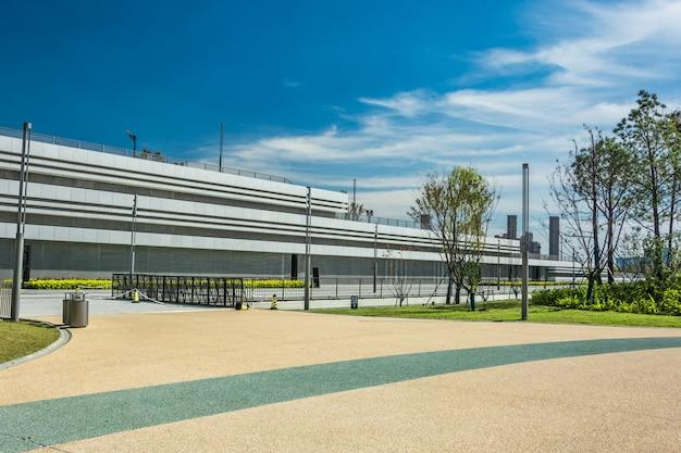 Horizon panoramique et bâtiments avec sol carré de béton vide Photo Premium
