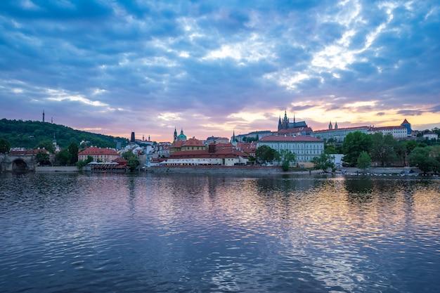 Horizon de prague vieille ville au coucher du soleil en république tchèque Photo Premium