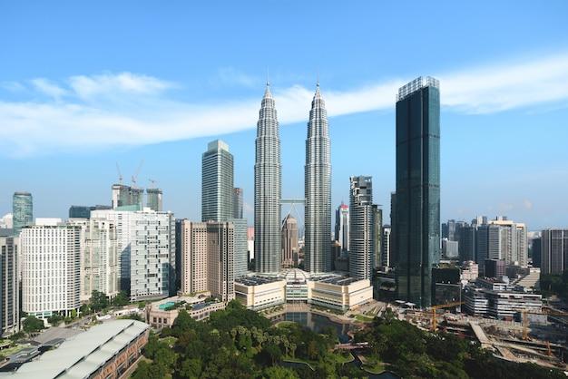 L'horizon de la ville et des gratte-ciel de kuala lumpur se construisant dans le quartier des affaires du centre-ville de kuala lumpur, en malaisie. asie. Photo Premium