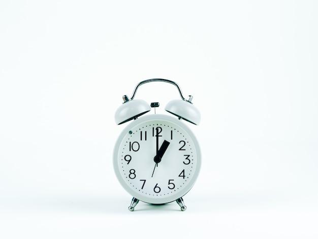 Horloge analogique sur fond blanc Photo Premium
