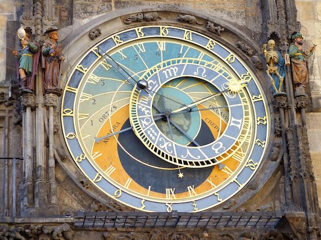Horloge astronomique de prague (orloj) dans la vieille ville de prague Photo Premium