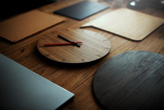 Horloge en bois moderne ancien concept de mode Photo gratuit